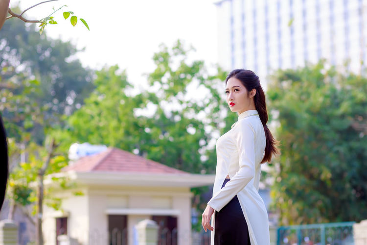 Áo dài #Vietnam #aodai #beautiful #mohathanh Beautiful Woman Outdoors Young Women