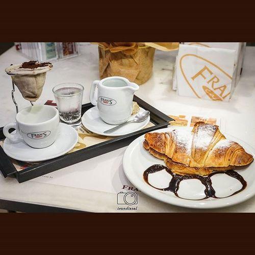 Depois um Cafecoado com Croissant com Nutella Coffeelovers coffee cafecoadonahora no franscafe hummm delicioso gourmet instapic instaphoto pornfood foodies oishii cafe café horadocafé horadocafe yummy delicious delish gordices croissantcomnutella pastries foodpic foodporn fotografiadecomida fotodecomida franscafé