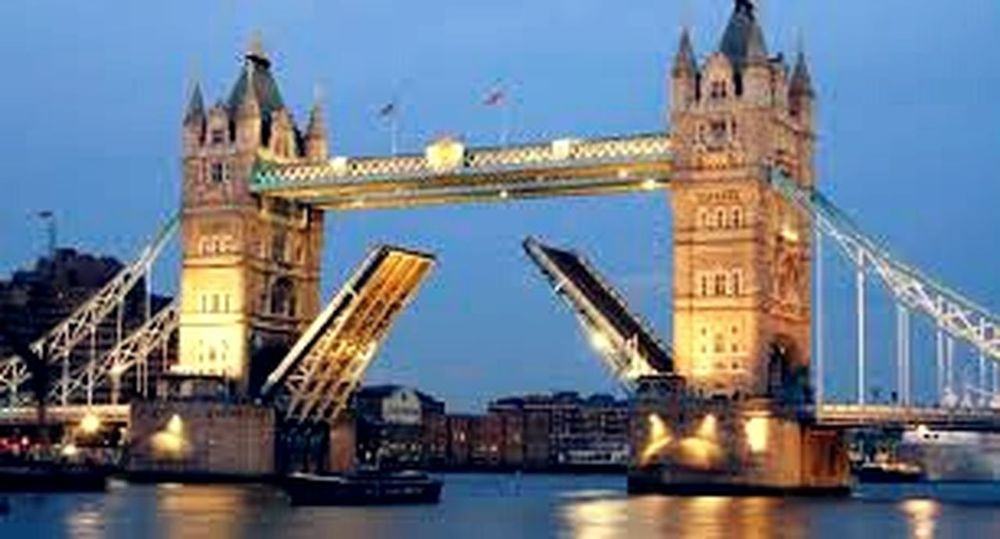 London Lifestyle i wish to travel there with someone that will love me and never leave me alone. London Bridge Londoncity London London London!!!