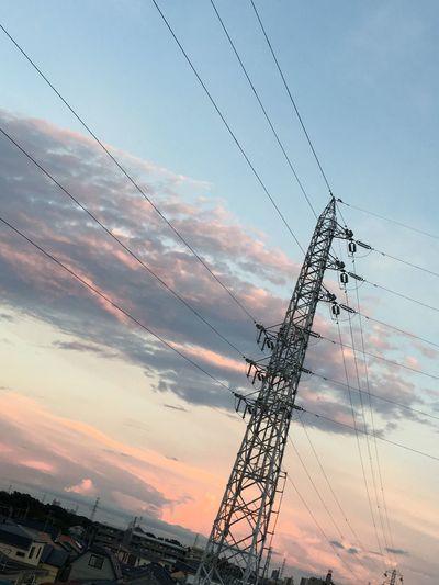 今日も東の空も染まってて綺麗ヽ(*^^*)ノ 空 雲 夕焼け 鉄塔 電線