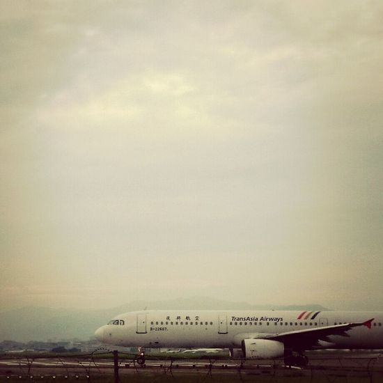 I want to fly. Fly to the sky. Airplane Airport