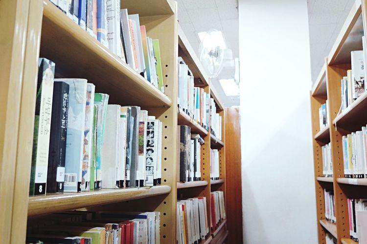 오래된 곳들은 다 부수고 새 건물들이 자고 일어나면 들어서서 낯설고 놀랄 때가 많은 요즘 도심 한 가운데 있는 이 작고 오래된 도서관이 참 좋다. 새 것이 주는 기분 좋음도 있지만 오래된것 만큼 편한것도 없다. Old Public Library My Favorite Place Cozy Place Daily Life EyeEm Korea