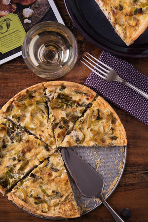 Leek Quiche Food And Drink Fork Lauch Quiche Leek Ready To Eat Weißwein A Piece Of Quiche Angerichtet Close-up Food Food Still Life Foodphotography Fresh Newspaper No People No People, Quiche Vegetables Wine Wineglass Wood - Material Zeitung