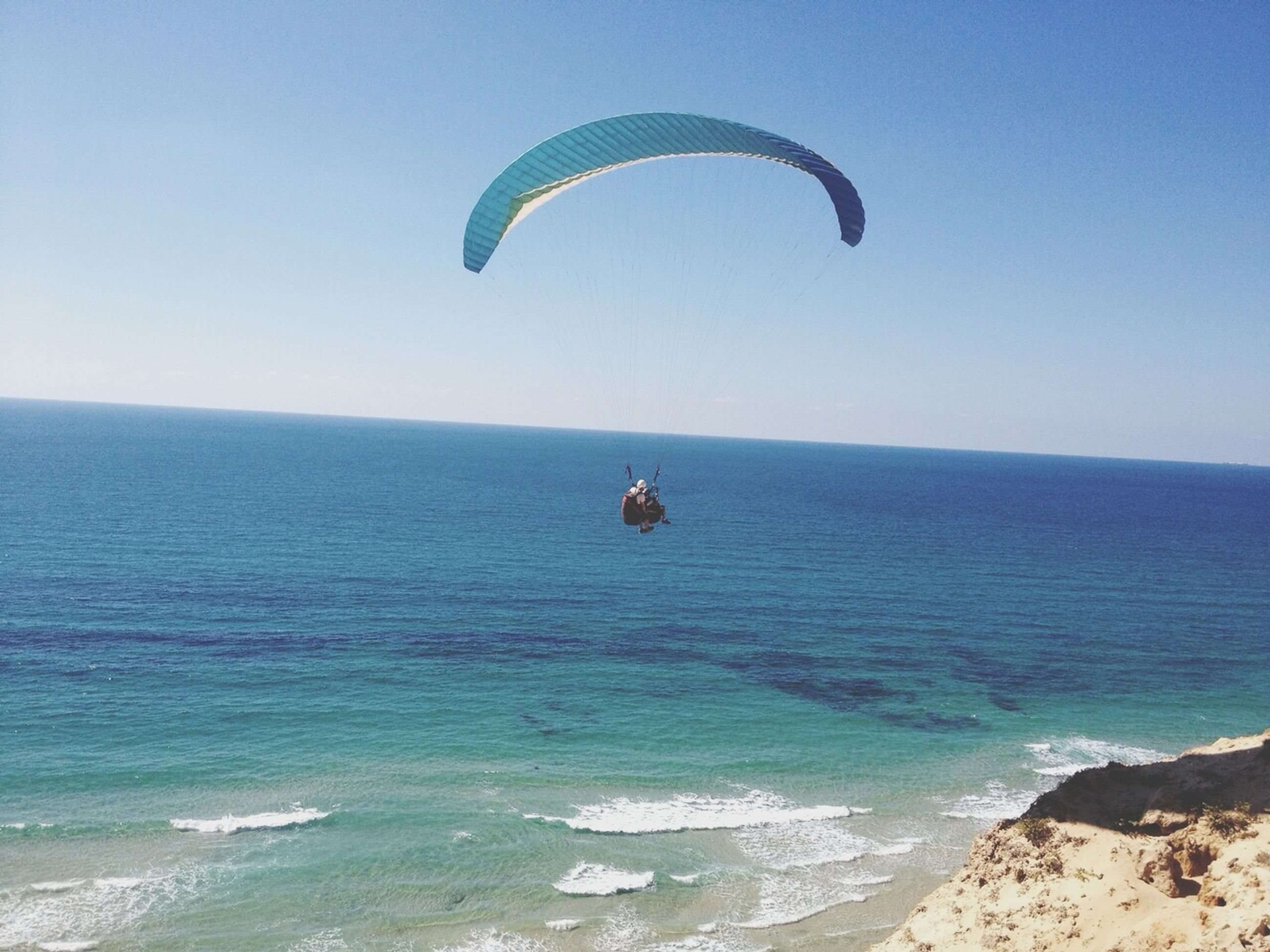 sea, parachute, leisure activity, beach, water, mid-air, extreme sports, horizon over water, adventure, flying, paragliding, lifestyles, vacations, sport, blue, clear sky, scenics, tranquility