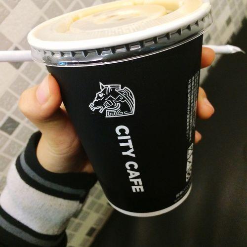 今天買咖啡竟然換杯子了~似乎是金馬獎改的,不過滿得我心的😂而且喝完這杯我竟然秒睡😑咖啡不是應該提神嗎😓 Citycoffee 半夜醒來的一天