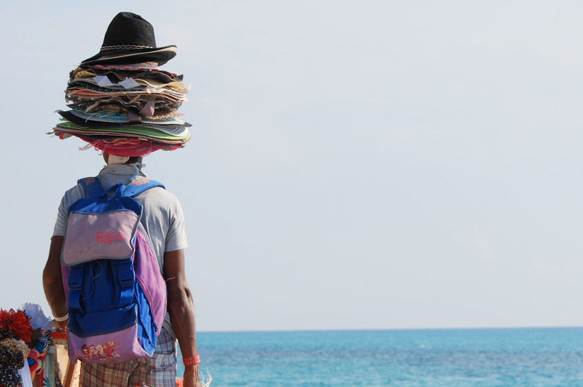 Beach Hats Hatter Horizon Over Water Sfondi Lavoro Mare E Sole Outdoors People Azzurro Cielo Potography Fotografia Fondi Mare ❤ Fine Art The Street Photographer - 2017 EyeEm Awards