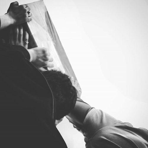 . نماد عدل وقتی می شود خانه نشین یعنی که جاهل ها مسلمانند و قاتل ها مسلمان تر شب است و غربت و تابوت و چندین شانه ی لرزان علی چشمش نمیبیند ، بتاب ای ماه تابان تر سید_تقی_سیدی . تابوت یکی از شش شهید تیپ_زینبیون ( پاکستانی ) بر دستان عاشقان . . The Coffin of a Pakistani Martyr , Isis Killed it in Syria  . . Bnw Bnw_life Bnw_city Bnw_captures Iran Qom