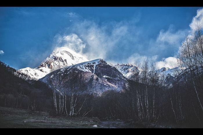 Это Казбеги мне открыло свое лицо во время фототура в Грузию в мае 2015-го. Следующий фототур в этом году тоже мае. Присоединяйтесь, будет снова круто. Покажу эту удивительную страну, научу красиво снимать пейзажи. грузия Sakartvelo Kazbegi Mytrip Mountains Expedition Trailer Outdoors Landscape_photography фототуры