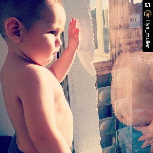 Repost @lilya_muller ・・・ Доброго всем дня! Пусть сегодня будет тепло!!!☀😍👶💓 любимыймиша сыночек голопузик важный даешьхорошуюпогоду солнце май майскийдень Sonny Son Beloved Sun Sunday Window Michael Miguel Spring