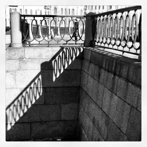 графично тени карповка Спб spb river fence graphics shadows contrast набережная гулять walk embankment