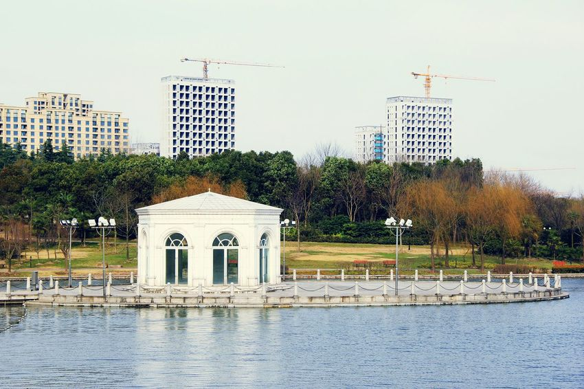 Relaxation Relaxing Off The City Limits&Chaos Out Of The City Beautiful Nature Blue Water Blue Lake Lake Afternoon Park - Man Made Space Park Clean Fresh White House Lakeshore Lakeside Building Exterior