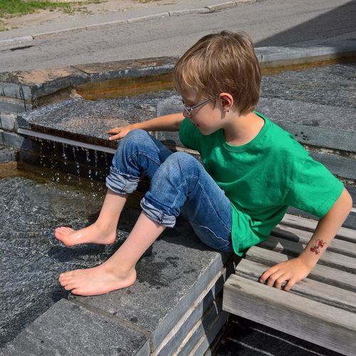 Boy Casual Clothing Child Childhood Children Children Photography Cute Day Fountain Leisure Activity Lifestyles Little Boy Original Photography Outdoors Person Play Playing Playing Children Relaxation Sitting Water Water Reflections Water_collection Waterdrops Waterfall