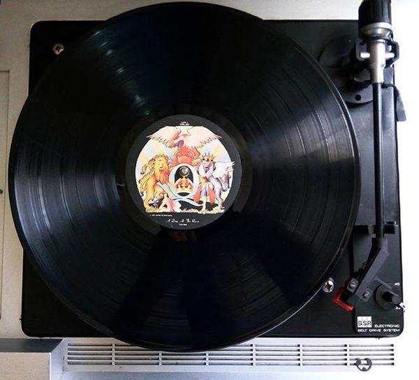 """Uma obra prima do Queen .. """"A Day At The Races"""", de 1976, mostra a banda com toda a sua pegada criativa, fazendo uma mistura única de sons, além de - lógico - o incrível poder vocal dos quatro. Instamusic Music Playlist Vinyl Vinil LP Seventies Record Album Vinylcollector Vinylcollection Rock 70s Vinylplayer Records Vinyladdict"""
