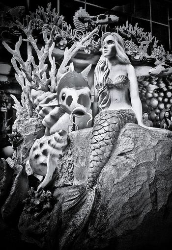 Mermaid Koi Fish Coral Reef Fountain Orchardcentral CNY2017 CNY Singapore Blackandwhite Bnw_collection Bnwphotography Streetphotography 美人鱼 鲤鱼