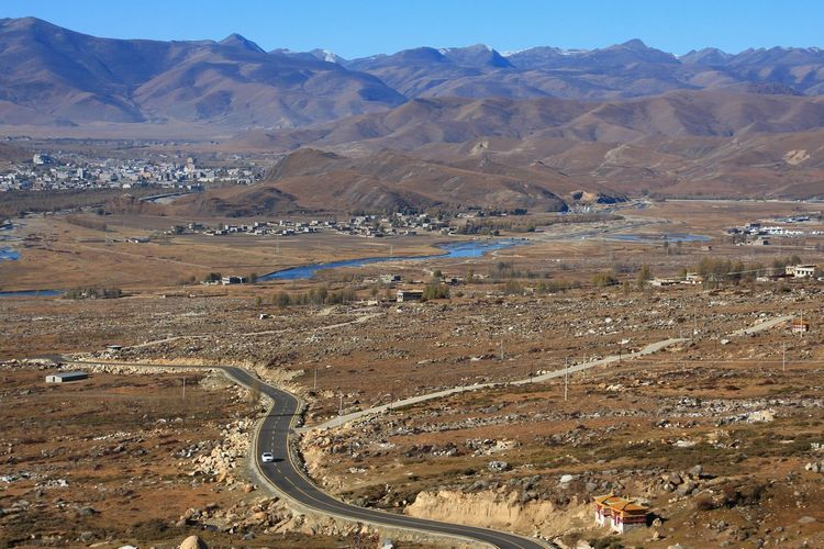 Aerial Travel Landscapes Skyline Tall - High Hills The Way Forward Road Sky Transportation Directions Nature Day Daylight Mountain Range Country Road Dividing Line Destination Rural Scene Daocheng China เต้่าเฉิง Mountain Desert Arid Climate Irrigation Equipment Sky Landscape Mountain Range