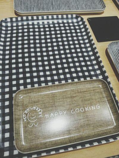 很早起的準備吃早餐雀躍的腳步去教室跟著教練做hiit然後滿身大汗累屎又爽翻的心情吃了滿足的午餐抱著期待的心情迫不及待想管快到hiroki老蘇的小教室學今日の料理話說一個很厲害可以給他星星的廚師感覺是不會滿足只為一個人做菜的樣子也許那種味道才會這麼讓人印象深刻波去拿了新的調音器雖然都不是自己在在調不過至少進步惹一點學了悶音一些感謝陪伴偶的吉他小瑪黑都7年了還不會癢瞞著麻買了一堆新書跟哩哩扣扣的被發現後只好整理書櫃上的舊書冬天的大衣盒子裡的信本子裡的照片化妝台女生芭啦芭啦的那些看著還有那一整箱以前怎麼聽都聽不完的CD下課後常常跑去二手唱片跟老闆聊到晚上的日子有點懷念呢前面小日子心情給他這麼樣的甘扣靜好了一陣子決定還是去相信即使很任性很矛盾很固執但我知道我會堅持下去哈庫娜瑪塔塔(蠟筆小新嘴角上揚 530