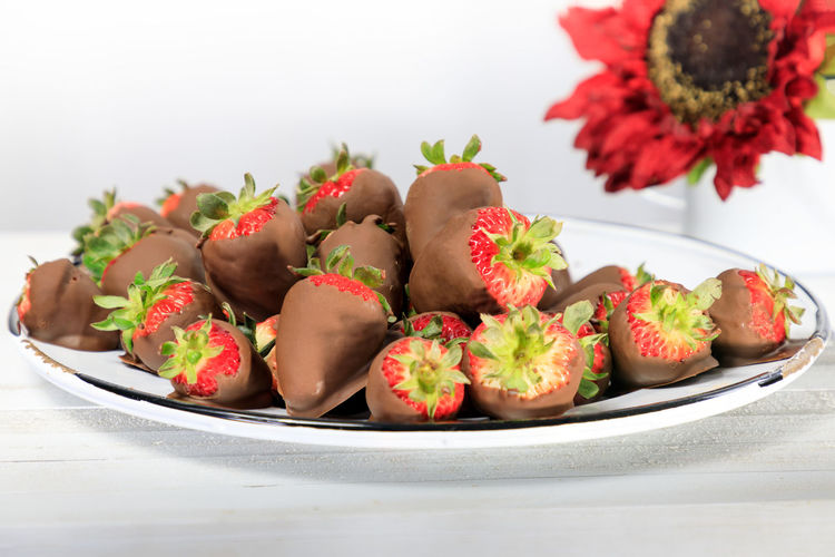 A plate with chocolate covered strawberries Chocolate Covered Strawberries ♡ Sweet Sweet Food Dessert Summer Indulgence Food And Drink Food Still Life Freshness Plate Healthy Eating Close-up Indoors  Red No People Fruit Table White Background Wellbeing Strawberry Focus On Foreground Selective Focus Plant Studio Shot Ready-to-eat Temptation