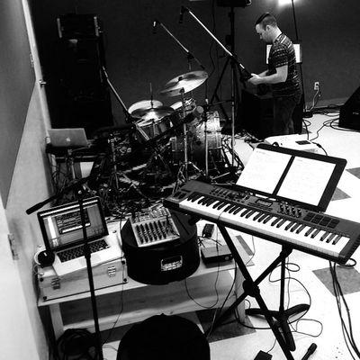 High tech set up! So juiced!!! Fallretreat CyM Centralcc Centrslcccym worship music axiom61 apple macbookpro @thepernz