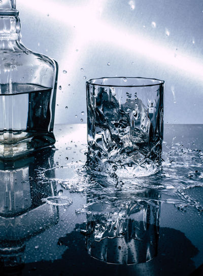 cold drink splash Water Drinking Glass Dissolving Studio Shot Close-up Ice Cube Carbonated Rum Mojito Soda Vodka Cocktail Impact Drop GIN Splashing Splashing Droplet Bubble