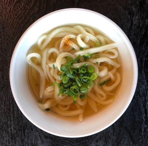 『ふるかわうどん』 お使いの途中うどんです。お店が見えると吸い込まれます。11時過ぎですので混んでます。 かけうどん小 ¥240 辛めの出汁が風邪気味の喉に心地良いです。麺はもちもち感多めで美味しい( ^ω^ ) Udon Food And Drink Pasta Food Italian Food Freshness Ready-to-eat Directly Above