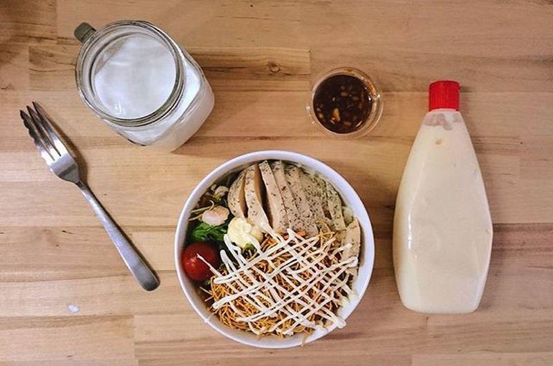 パリパリ麺のチキンサラダ Japan Japanese  Food Foodgasm Foodie Foodporn Foodphotography Fhoto Fhotography Cooking Homemade Tokyo Shibuya Yammy  Good Nice Pic Wood L4l Vegetables Vegetarian オシャレに言うけど、これセブンイレブンのくずして食べるパリパリ麺のサラダ にサラダチキン 切って乗せてマヨネーズと和風ドレッシングかけただけ。