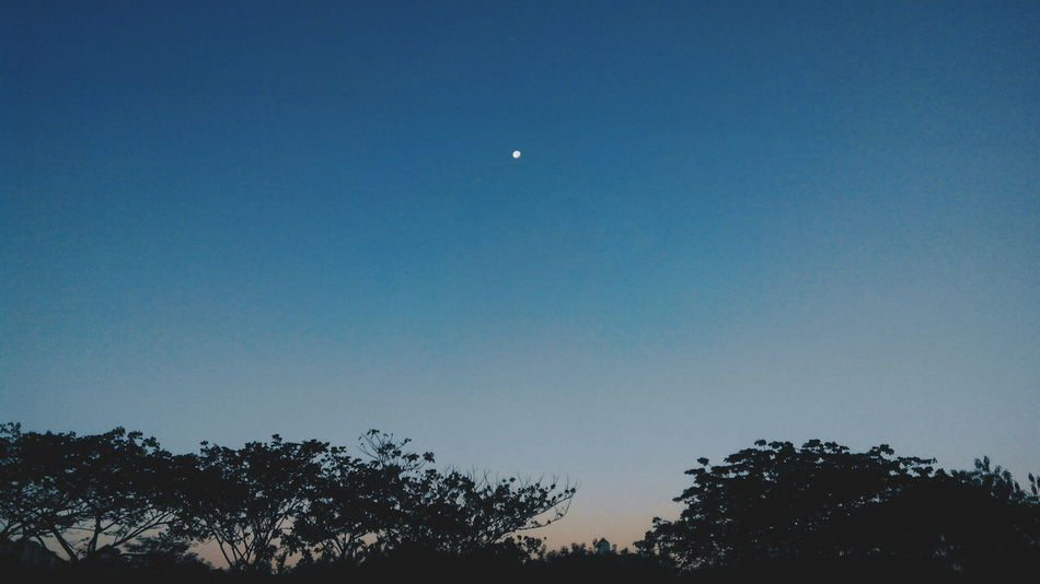 Moonset. When the moon haven't go down and the sun going to come out soon. Urban Photography Getting Inspired Minimalobsession Minimalism Urban Nature Moon Moonset Dramatic Sky Urbanphotography Art By Nature Sky