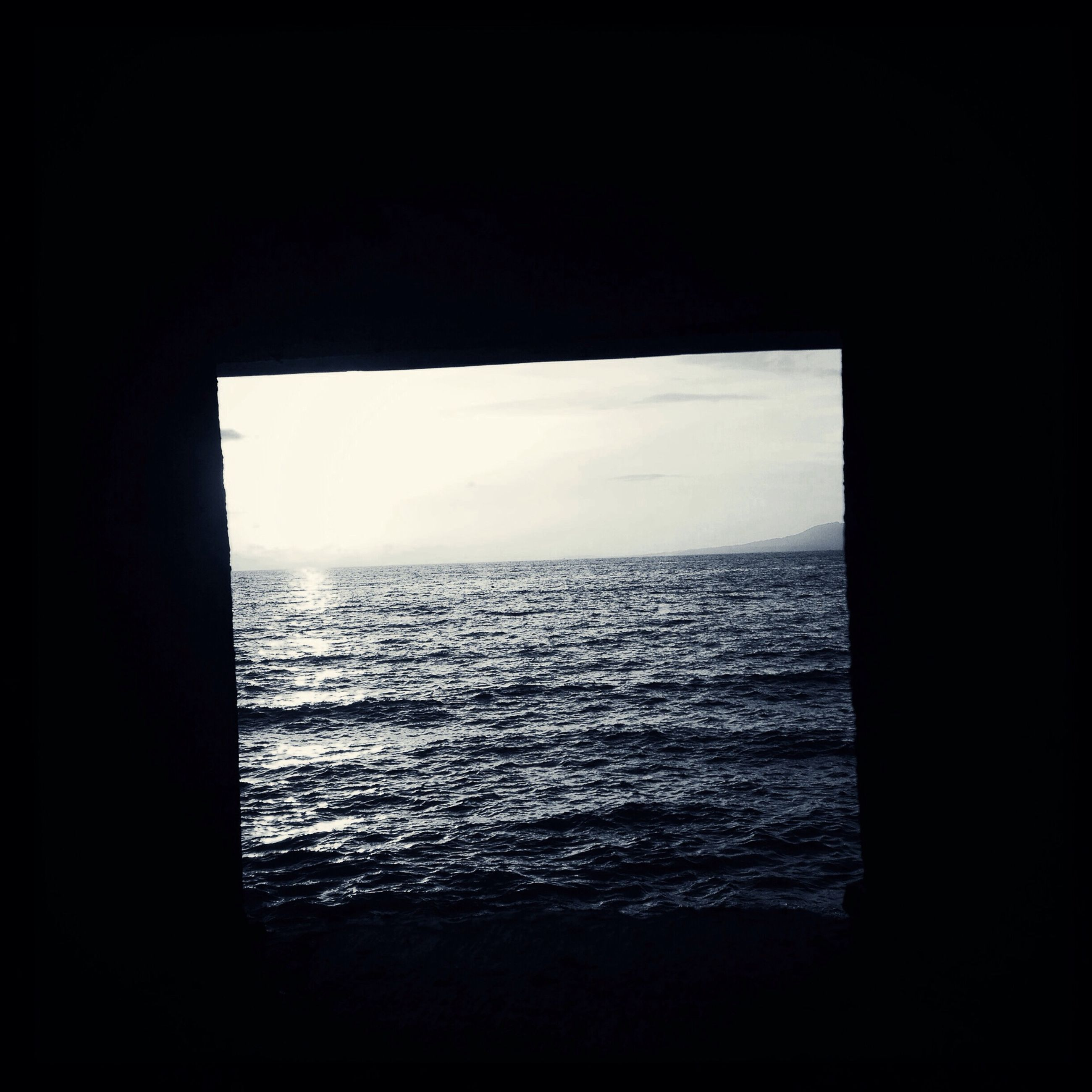 sea, horizon over water, water, scenics, tranquil scene, tranquility, beauty in nature, sky, nature, silhouette, copy space, rippled, idyllic, seascape, ocean, indoors, calm, window, dark, remote