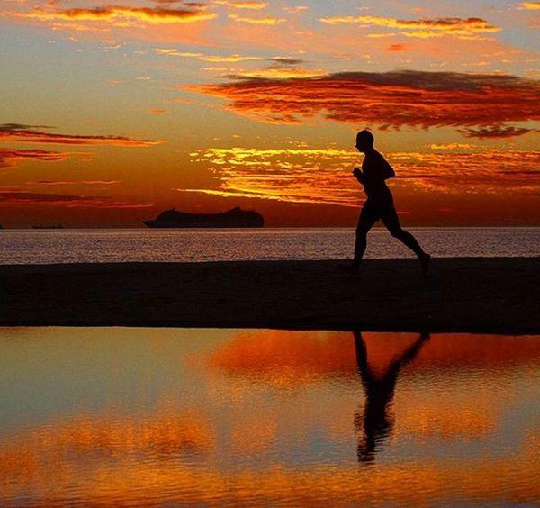 . Dawn on Copacabana beach in Rio de Janeiro. . Photo: Ale Silva © Photooftheday Photo Art Everydayusa Streetphotography Composition Everydaybrasil Capture Instalike Moment Focofixo Everydaylatinoameria Instacool Love Canon Instago Canon70d Canon_official Alesilva