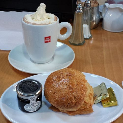 Fiddler's Grog and a Scottish scone, great snack but too much! Lifeonthefly Scotland Outlandish @TheOnlyLiza