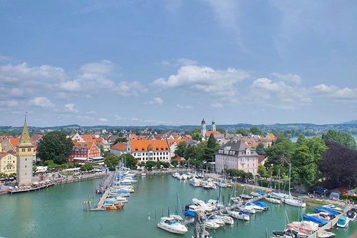 Beautiful View of the Hafen Port . On top the NeuerLindauerLeuchtturm Leuchtturm Lighthouse Landmark . Lindau Bodensee Deutschland Germany . Taken by my Sonyalpha DSLR Dslt A57 . مرفأ يخوت بحيرة جزيرة لينداو المانيا