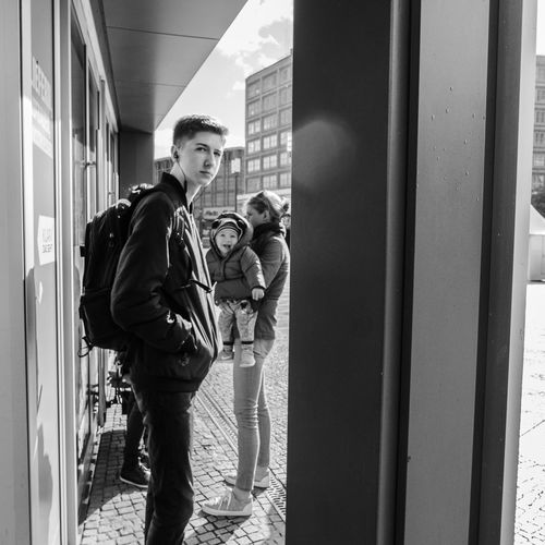 Berlin 2018 Streetphotography Street Photography EyEm Selects Eyem Selection Wow 😍 EyeEm Selects Eyeshotmag Urban Streetsgrammer Blackandwhite City Men Young Women Women Standing Full Length Politics And Government Togetherness Friendship Architecture