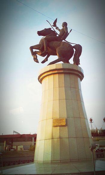 памятник в моем городе сфотографировала из окна всадник