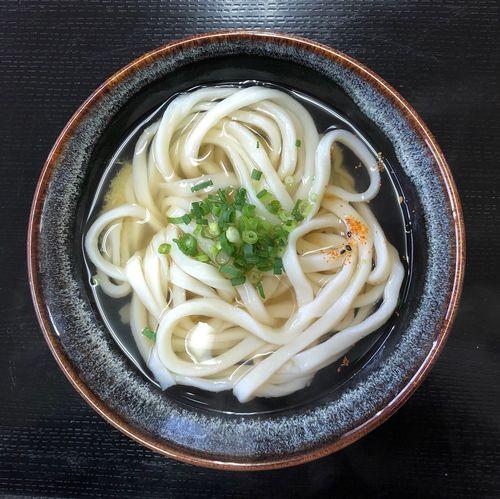 『つばめ』 屋島方面にお使いですので、寄りましょう。大将の愚痴を聞きましょう。 かけうどん小 ¥200 大変な苦労とは思いますが、長く続けて欲しいものです。 Udon Food Food And Drink Pasta Freshness Italian Food Ready-to-eat Healthy Eating