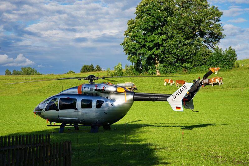 Urlaub auf dem Bauernhof, bei der Anreise sind wir Flexibel Hanging Out Helicopter Eurocopter Bauernhof