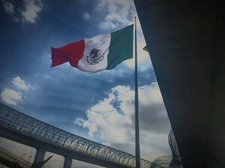 Bandera tricolor en cielo mexicano