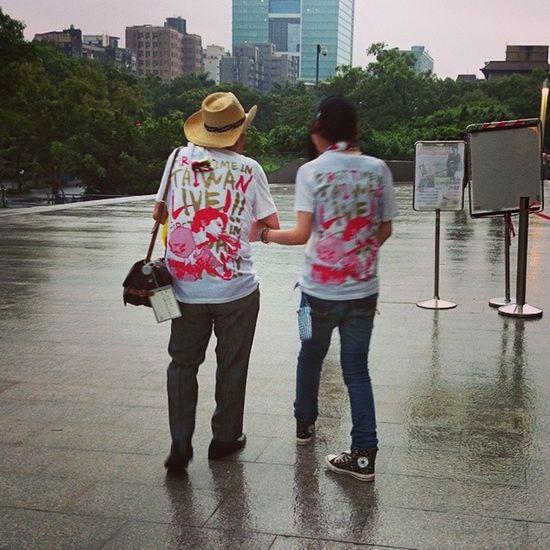 日本一對老夫老妻互相攙扶著來台灣看福山雅治的演唱會。 On Street Taipei People Watching Walk This Way