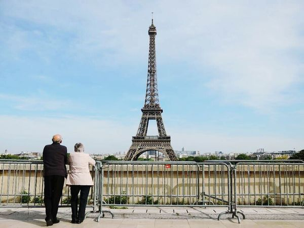 This is the best photo i took when i was traveling in Europe. La Tour Effel Paris, France  Traveling Look Back The Old Couple