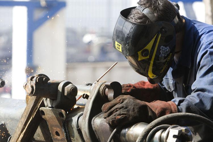 Manual worker welding metal