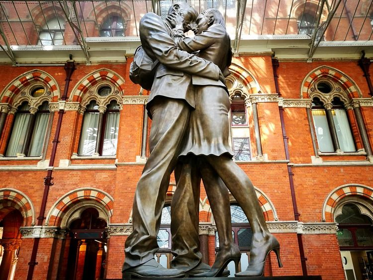 Statue Human Representation Sculpture Low Angle View St Pancras Station St Pancras International St Pancras The Lovers Statue The Lovers Railway Station Huaweiphotography Huawei P9 Leica HuaweiP9