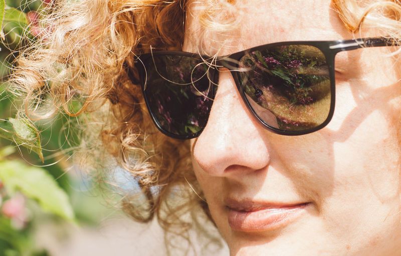 Close-up of mid adult woman wearing sunglasses