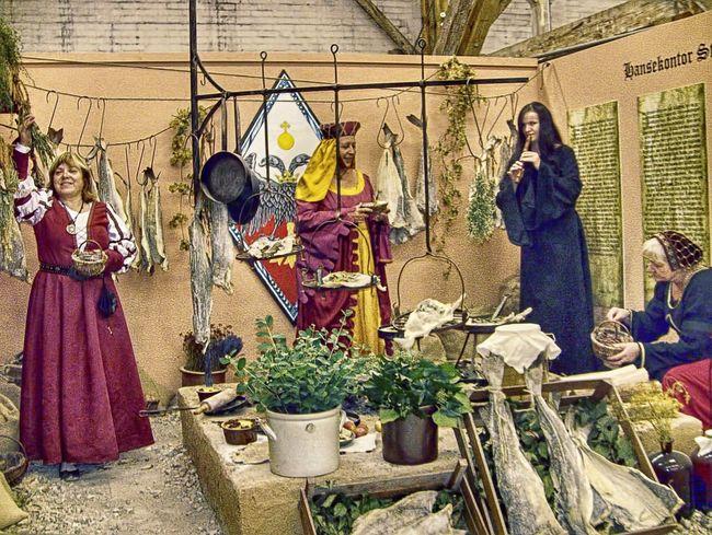 Mittelalterlicher Markt Stadtfoto Ausstellung Hansestadt Halle Mittelalter Halle (Saale) Medieval Human Representation Art And Craft Male Likeness Female Likeness Creativity Craft
