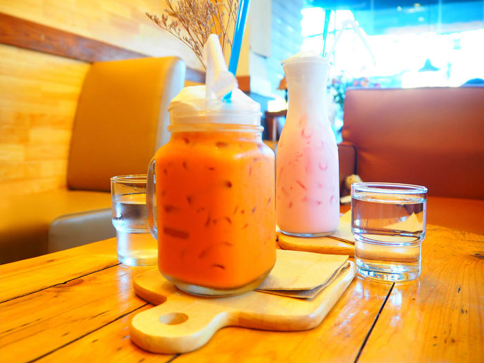 ❤️🍹❤️ Close-up Day Drink Drinking Glass Drinking Straw Exceptional Photographs Focus On Foreground Food And Drink Freshness Glass - Material Healthy Eating Indoors  Milk No People On The Table Refreshment Showcase March Still Life Table Tadaa Community Tea Thai Thailand Wood - Material Focus Object