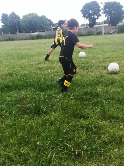 Full Length Grass One Person Sport Soccer One Boy Only Males  Childhood People Children Only Playing Motion Soccer Player Outdoors Soccer Field Day Match - Sport Nature Adult Futból⚽️🙌💙 Babyfutbol Young Adult Sports Uniform American Football Field American Football - Sport