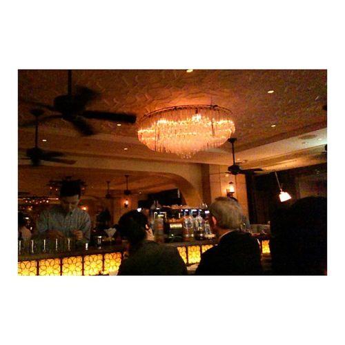 6thbyorientalhotel Tokyo Yurakucho 雰囲気ありすぎなステキな場所。 カウンターにいらした老夫婦がはたまたステキ。 いいなぁ😂涙出てくる😂わたしもああいうふうになりたい😂 . \その前にたかりなは彼氏 な / . ぐぅのねもでません 有楽町 オリエンタルホテル Bar すてき Nightout Withmom tho