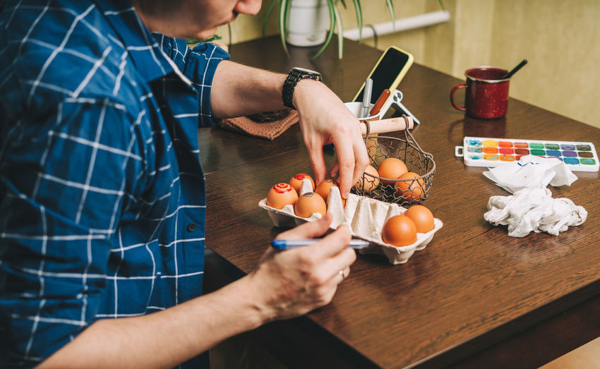 Midsection of man preparing food on table