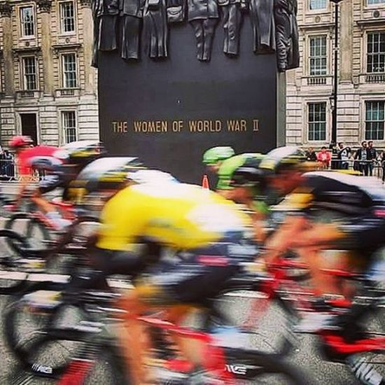 The yellow jersey whizzes by Tourofbritain Cycling London 🚴