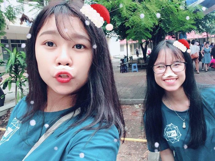 Bạn tui nó nói tấm này dth nên tui post, k có lí do gì đặc biệt cả :))) Front View Outdoors Leisure Activity Smiling Friends Lifestyles Postcard Friendship Cheerful Happiness Childhood Beautiful Child Smile Selfie Beautiful People Christmas 很可爱 Christmas Present Looking At Camera Fun My Love ❤ Trinh Bùi Cute