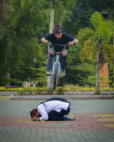 Tree People Full Length Adult Men Day Only Men Outdoors Adults Only Real People Sitting City Young Adult Bmx  Bmxlife Bmx Cycling Bmxphotography Bmxrider  BMX Rider Bmxfreestyle Cyclephotography Extreme Sports Extreme Adventures Wow_men WOW Be. Ready. EyeEmNewHere