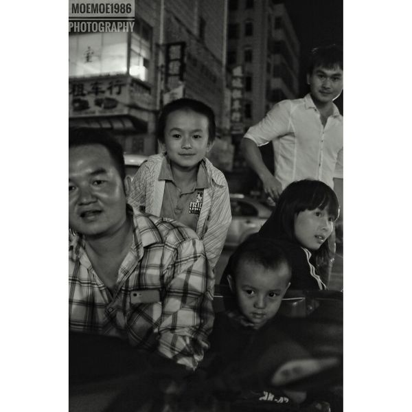 Snapseed VSCO Instasize Black And White Light And Shadow Bokeh Portrait Streetphotography Documentary Photography Night Cityscape Street Life Snapshot People Humanistic Photography Moemoe1986 Photography Fujifilm X100t 35mm I Love My City Chuxiong Yunnan China Wide Angle Family