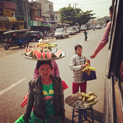 Hungry while traveling? Just open the window and choose your food.Traveling By Bus✌ Silvia In Myanmar Taking Photos Bus Life Life In Myanmar Myanmar Burma On The Way
